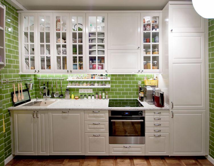 напольные и навесные шкафы белого цвета на кухне Икеа