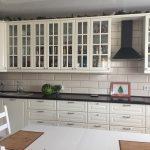 черная столешница и белая мебель на кухне