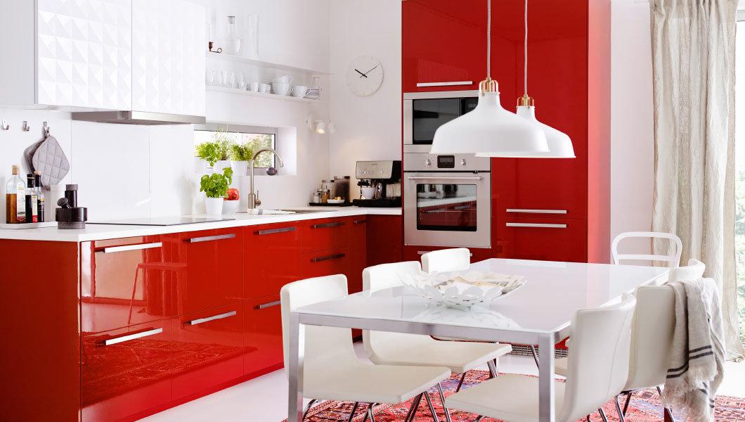 красный гарнитур на кухне