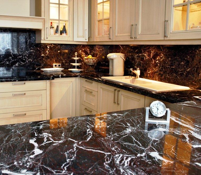 мраморный рисунок в интерьере кухни