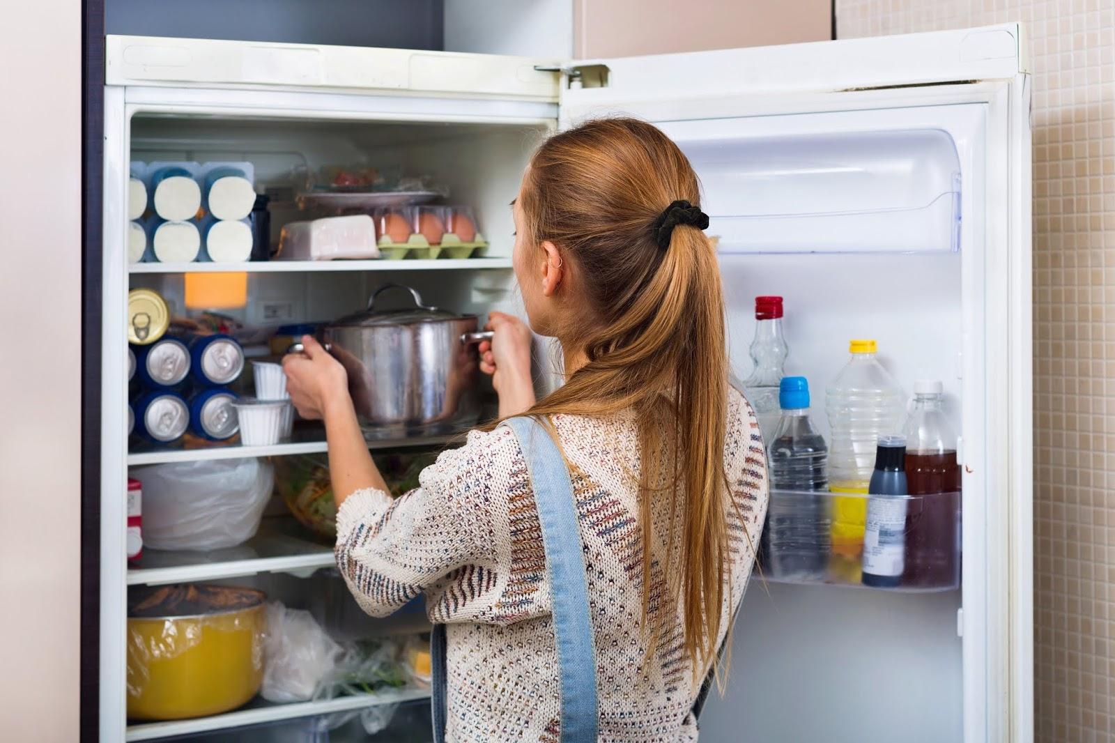кладет первое блюдо в холодильник