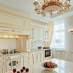 кухня с золотым плинтусом