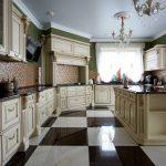 потолочный плинтус на кухне