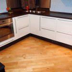 кухонная мебель с плинтусом