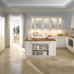 кухня с плинтусом в светлых тонах