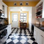 яркая кухня с плинтусом