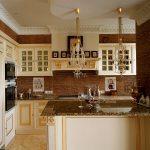 кухня декорированная плинтусом