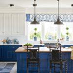красивая сине-белая мебель для кухни