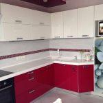 кухонный гарнитур малинового цвета