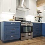 серый духовой шкаф на синей кухне