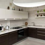 освещение на кухне с белыми стенами