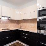 бежевый кухонный фартук и светлая столешница