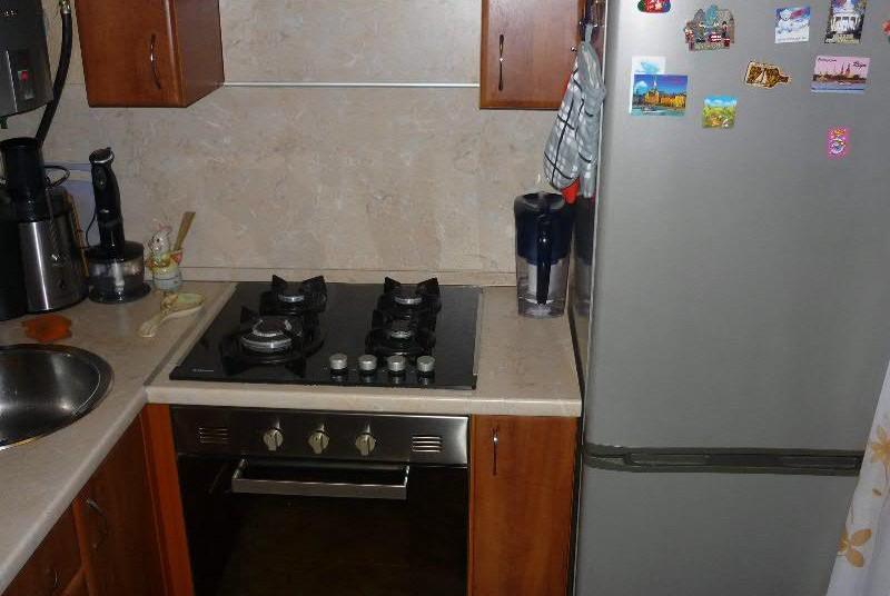 тумбочка возле холодильника