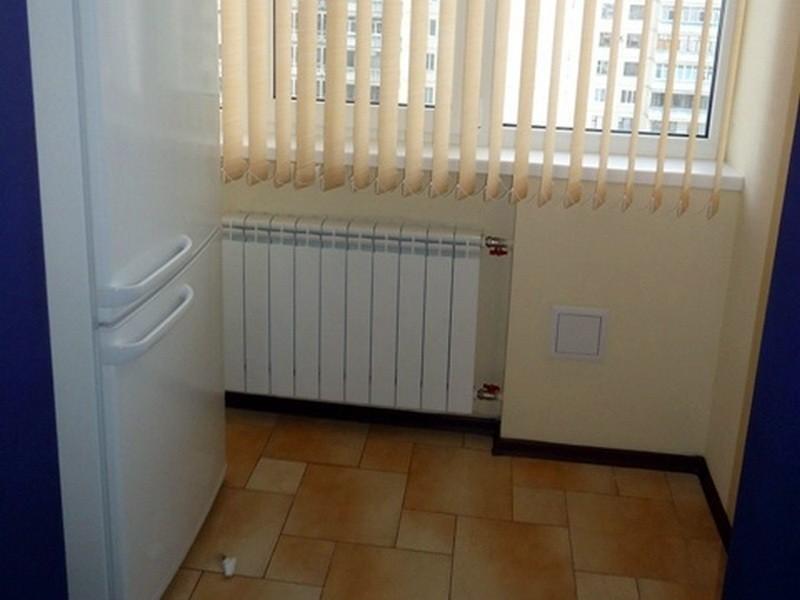 холодильник возле батарей