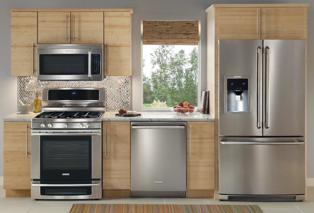 холодильник на большой кухне