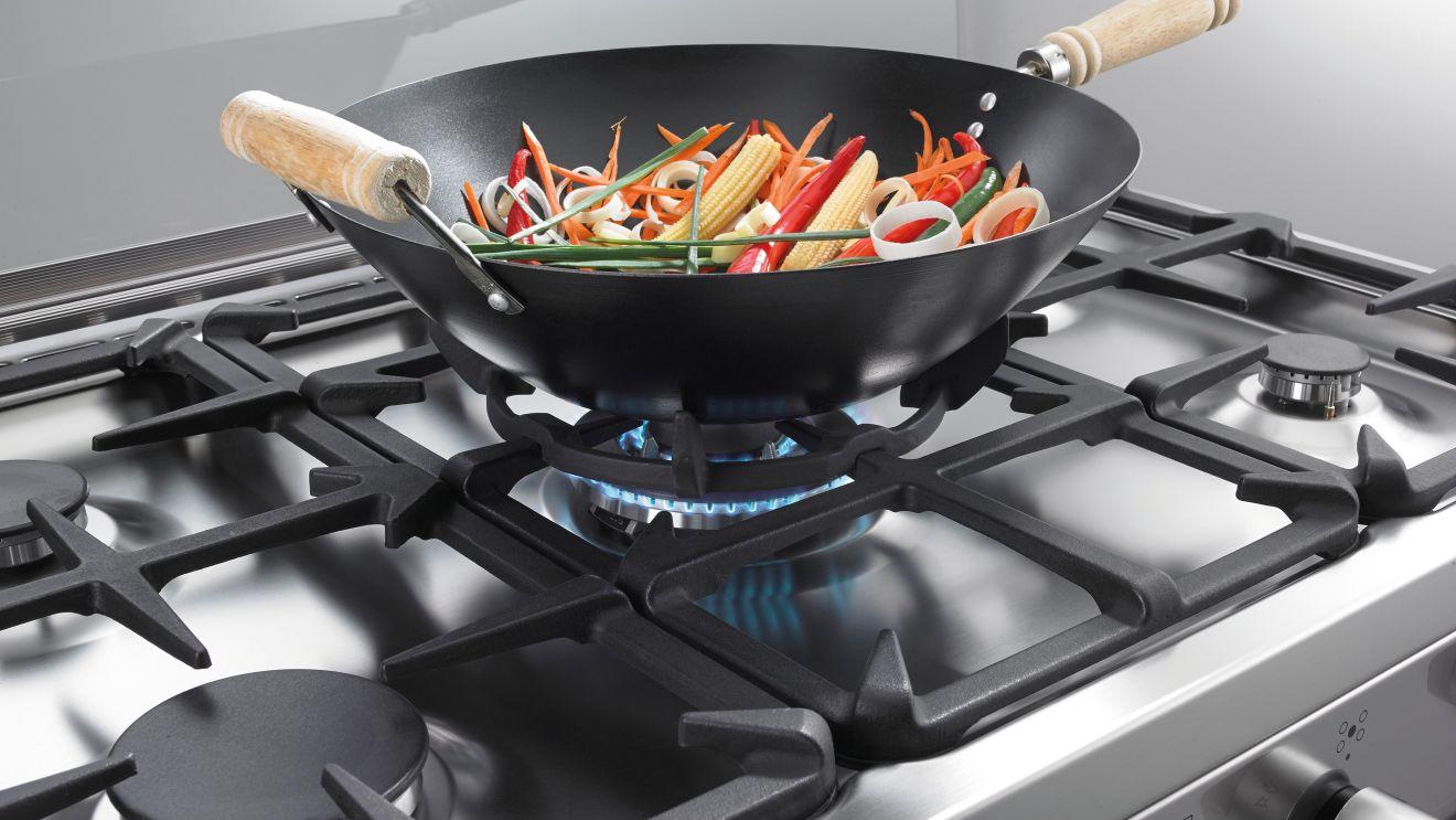 приготовление еды на газовой плите
