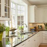 раковина у необычного окна на кухне