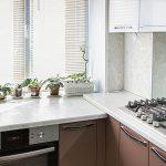 кухонная зона с подоконником