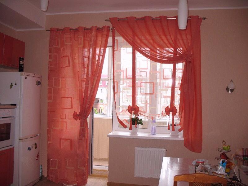 шторы на кухню окно с дверью фото склон