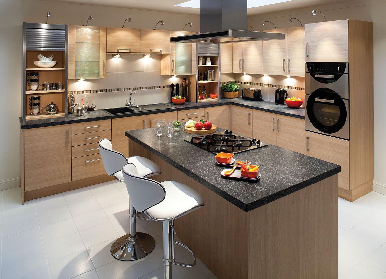 угловая кухня с черной столешницей