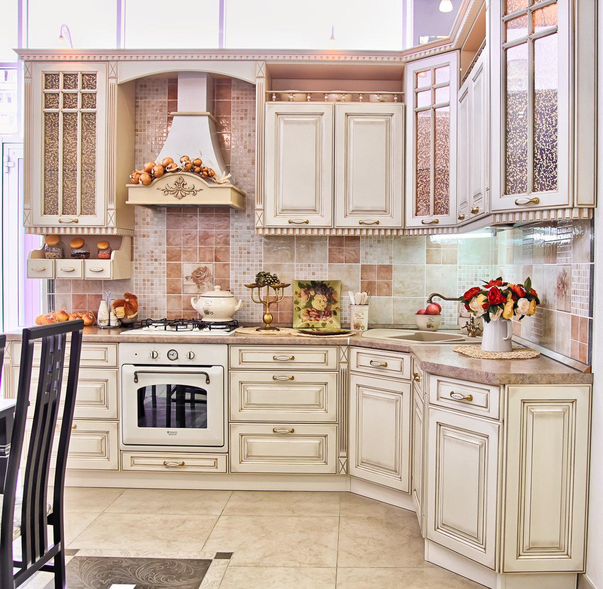 классический вариант светлой угловой кухни