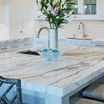 белый мраморный узор на столешнице для кухни