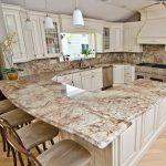 шикарная кухня со столешницей из натурального камня