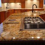 столешница из натурального камня в интерьере современной кухни