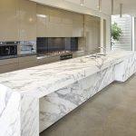 белая столешница из натурального камня для просторной кухни