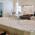 столешница из натурального камня для белой кухни