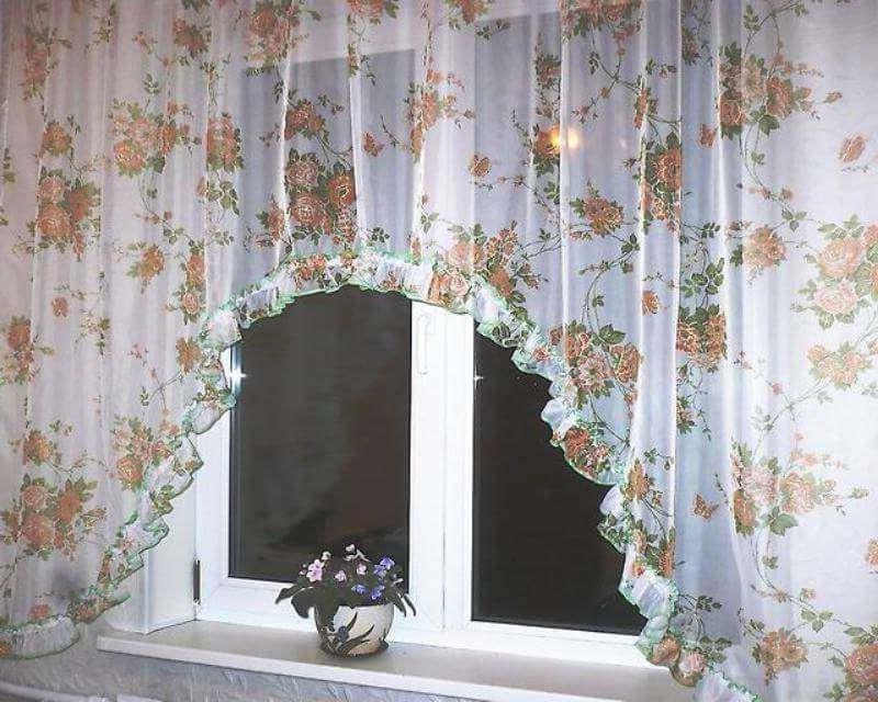 тюль с цветочным принтом в виде арки для кухни