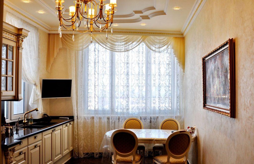 белый  тюль для кухни в классическом стиле