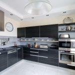 просторная угловая кухня в стиле хай тек