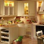 комфортная угловая кухня в теплых тонах