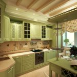 большая нежно-зеленая угловая кухня