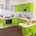 угловая кухня с нежно-зелеными шкафчиками