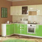 глянцевая зеленая угловая кухня