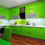 яркая салатовая угловая кухня