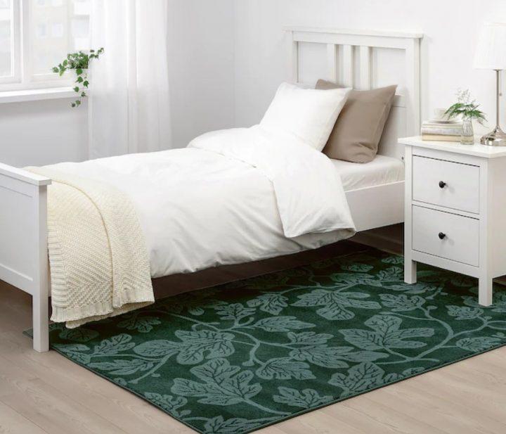 зеленый ковер в белую спальню