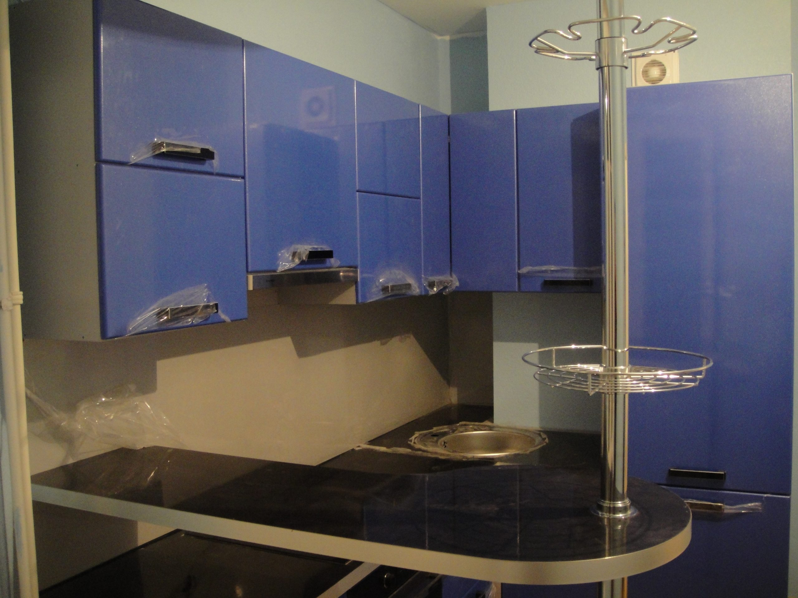 стойка перпендикулярна кухонной мебели