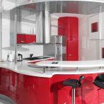 кухня красного цвета с белой столешницей