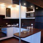коричневая стойка на кухне