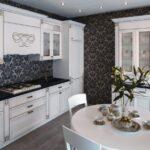 кухонный гарнитур с темными обоями
