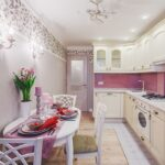 светлая кухня с розовыми акцентами
