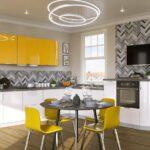 белая мебель с желтыми шкафчиками
