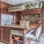 Деревянная кухня в тропическом стиле