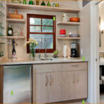 Дизайн маленькой кухни в теплых тонах