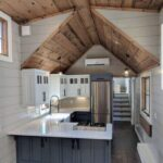 Глянцевая мини кухня на даче