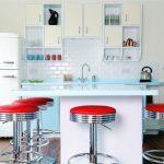 белая ретро кухня с красными предметами интерьера