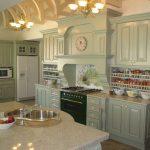 красивая нежно-зеленая ретро кухня с часами